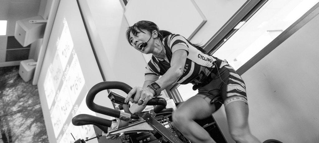 Frau beim Indoor Cycling.