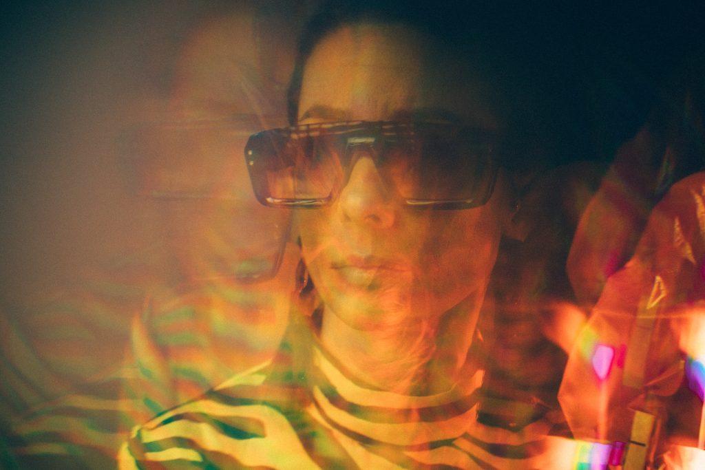 Frau mit stylischer 3D-Brille.
