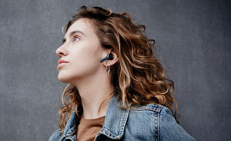 Frau mit AIRY TRUE WIRELESS Kopfhörern von Teufel