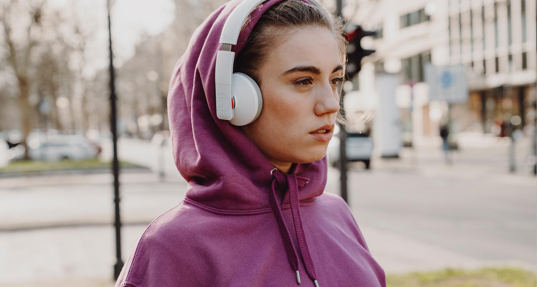 Frau mit AIRY Kopfhörer