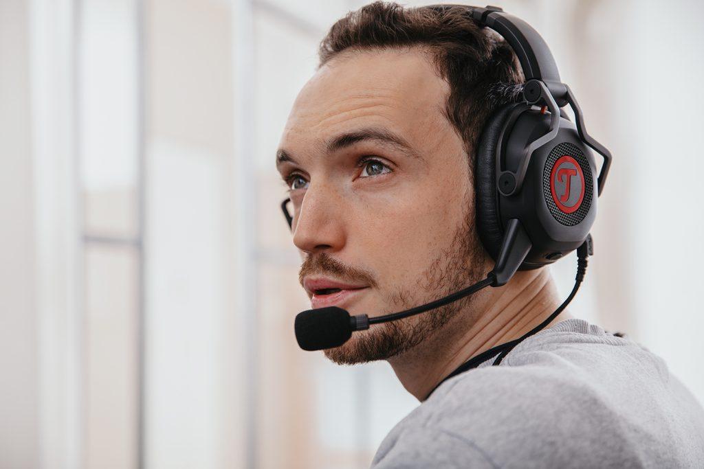 Man met CAGE headset