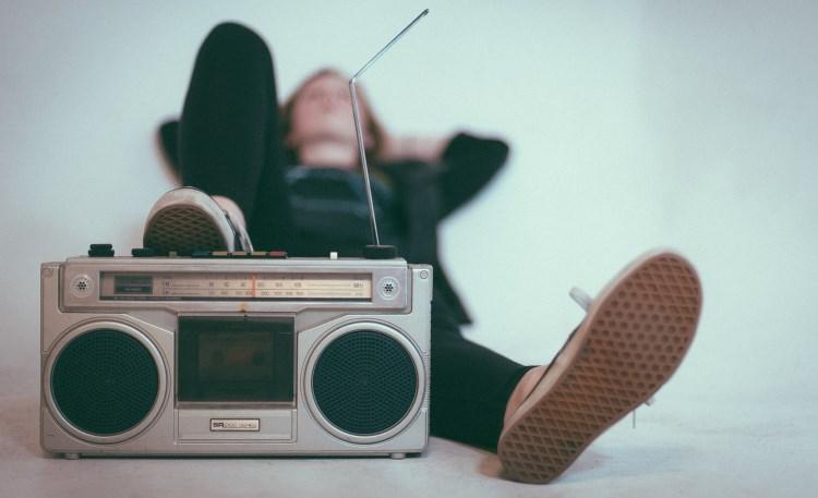Frau hinter Radio liegend