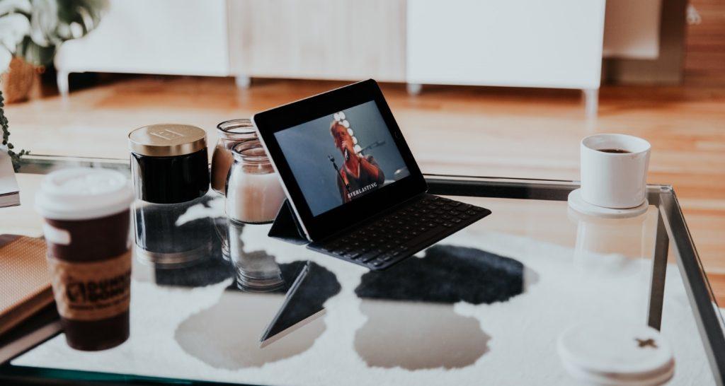 Aufgeklappter Laptop auf Wohnzimmertisch.