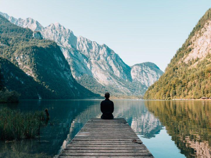 Meditation vor Bergkulisse