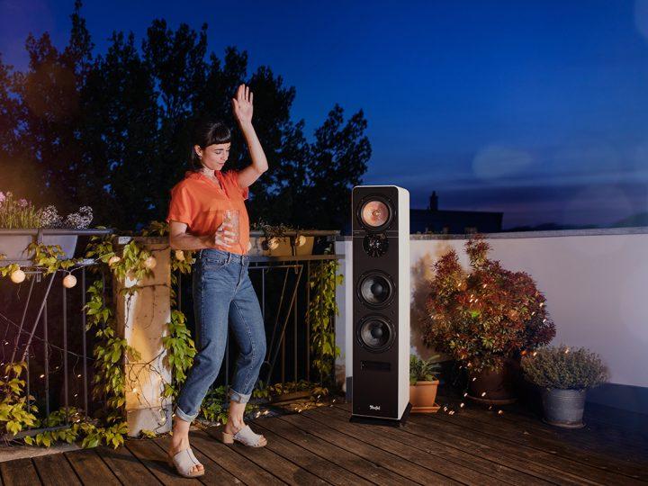 Frau tanzend auf Balkon