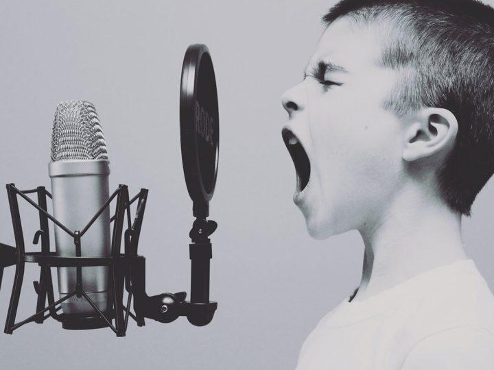 Junge schreit in Mikrofon