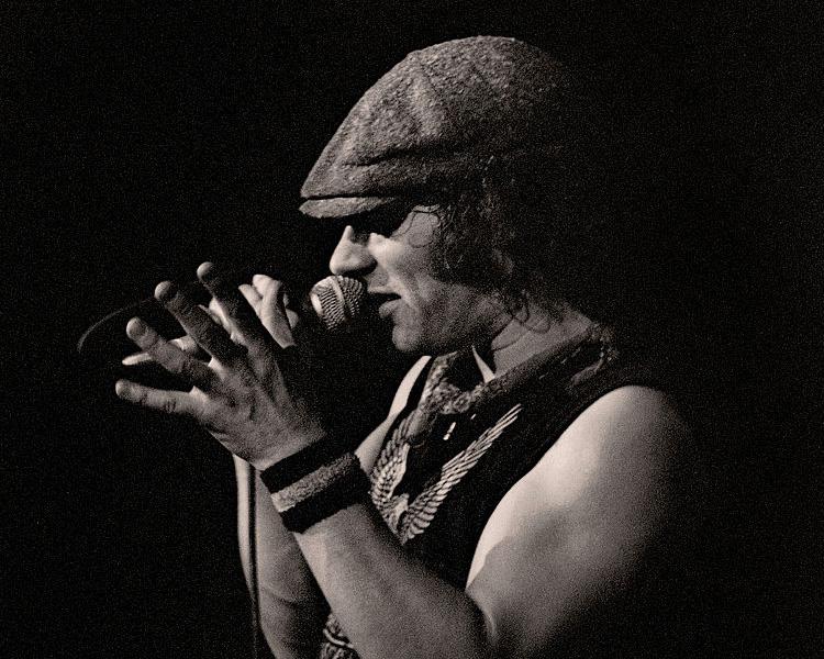 Sänger Brian Johnson mit Mikrofon