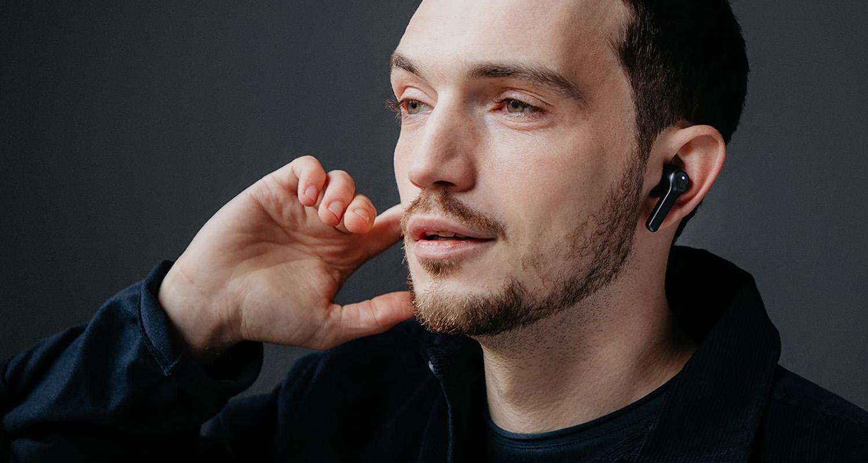 Mann mit True Wireless In-Ear-Kopfhörern AIRY TRUE WIRELESS