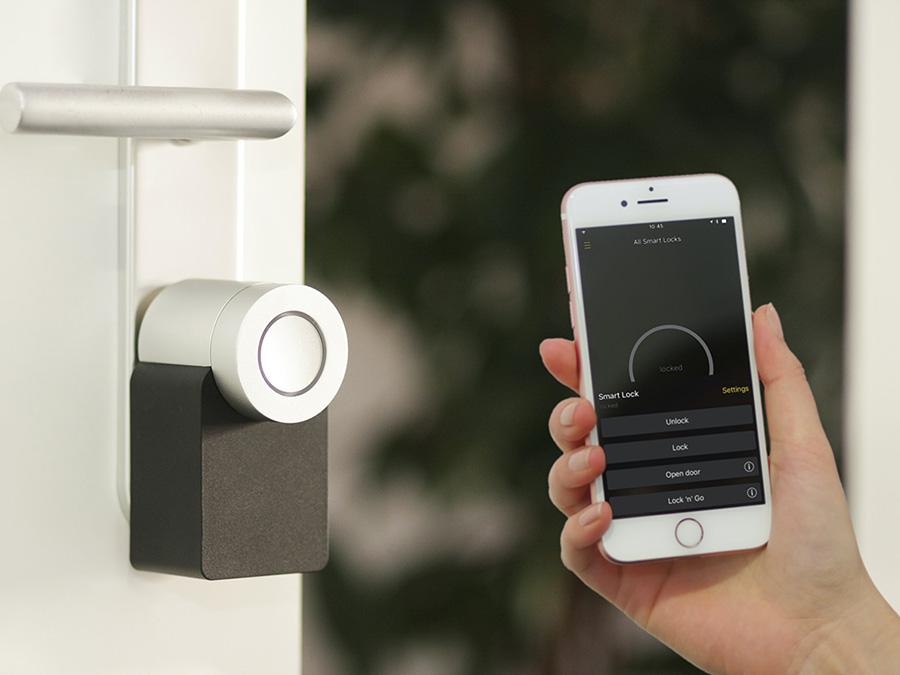 Smartphone neben Smart Lock