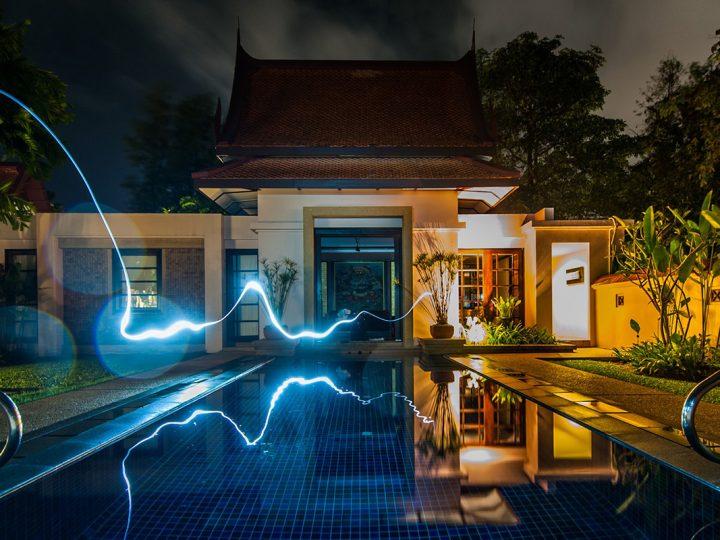 Haus mit Pool und blauem Lichtband