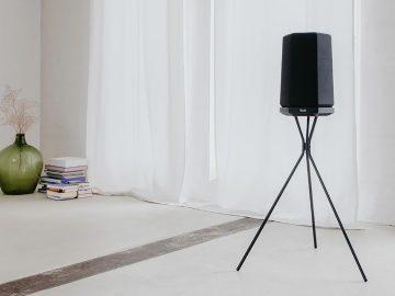 Smart Speaker HOLIST M auf Ständer