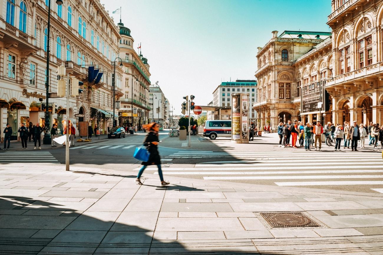Straßenansicht mit Passanten