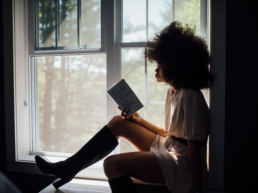 Lesende Frau im Fenster