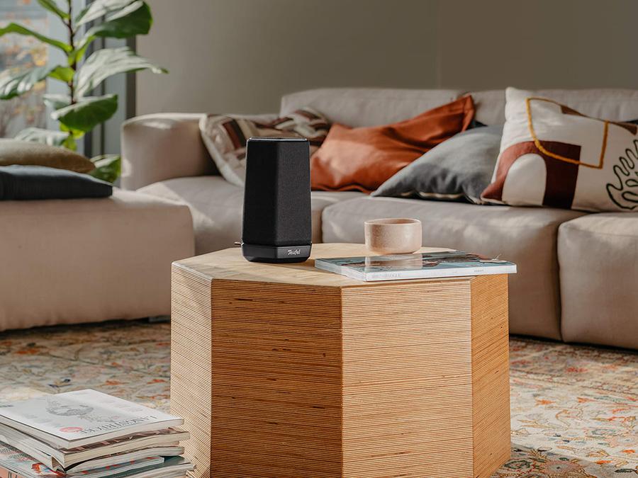 Smart Speaker HOLIST S auf Tisch vor Sofa