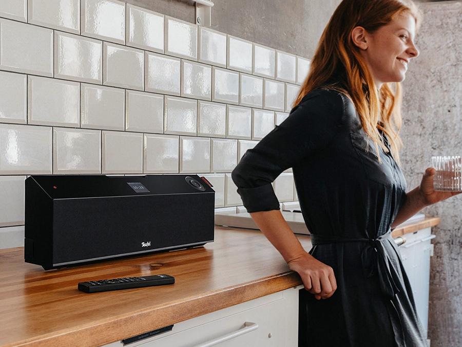 MUSICSTATION in Küche neben Frau