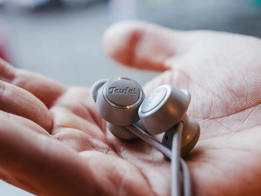 Earbuds des SUPREME IN auf Handfläche