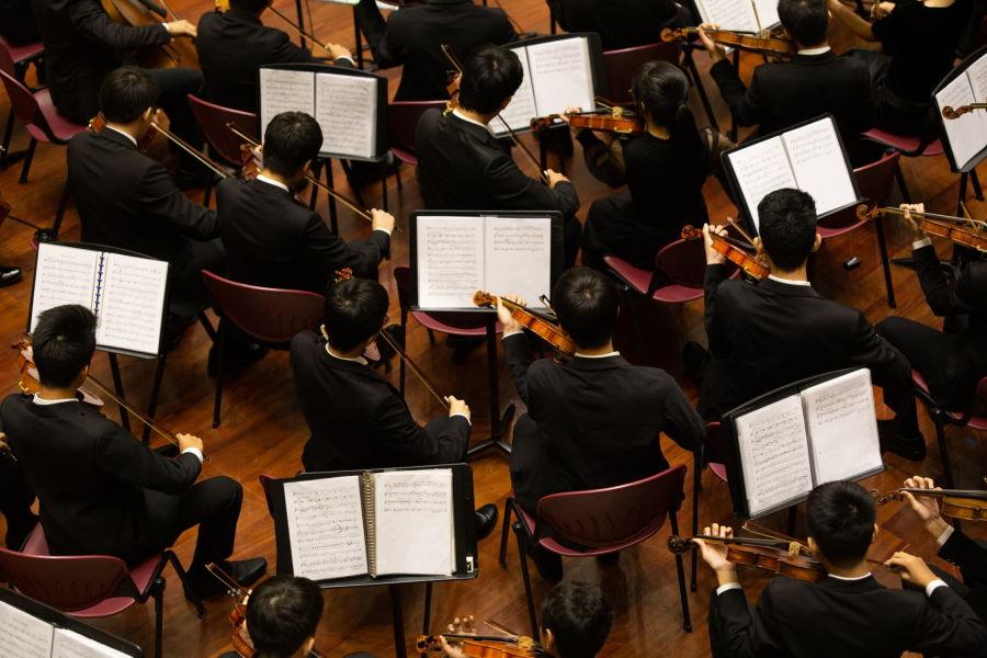 Musiker eines Orchesters aus Vogelperspektive