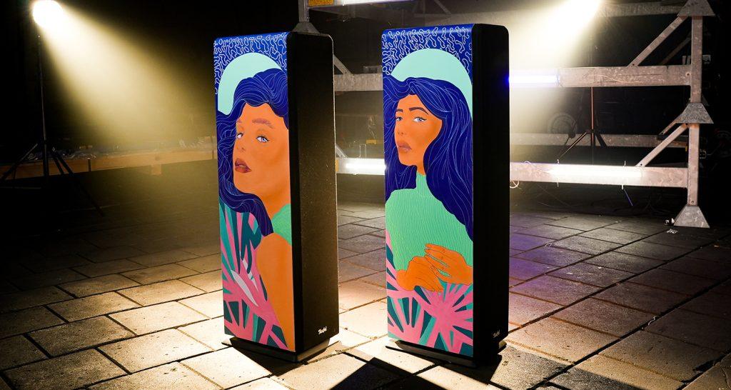 De handbeschilderde Ultima 40 speakers van Naomi King