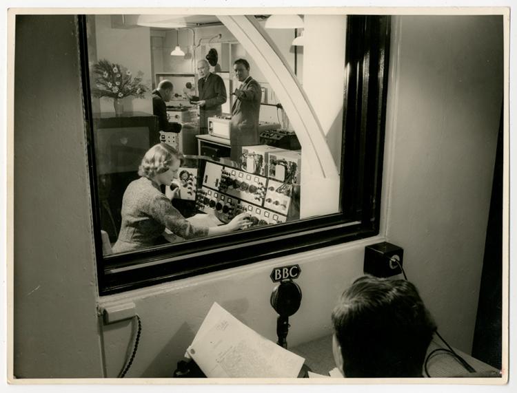 Daphne Oram bij het maken van radio.