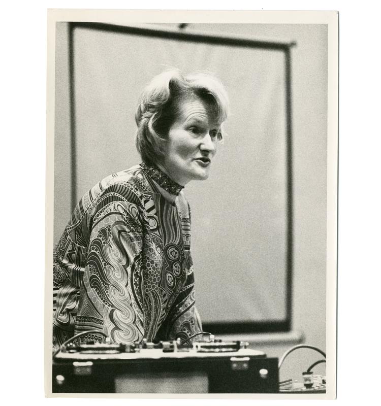 Daphne Oram tijdens een lezing