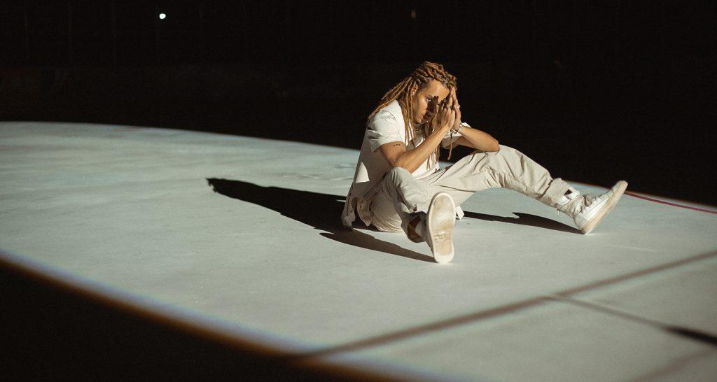 Kelvyn Colt auf dem Boden sitzend
