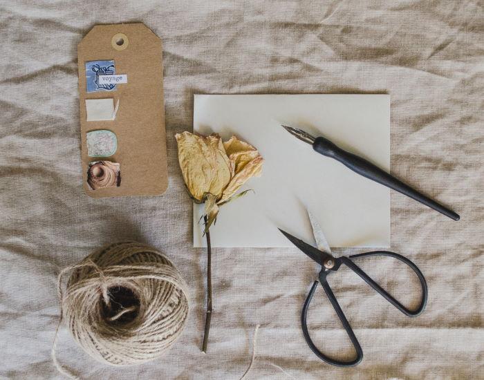 Materialien zum Geschenk einpacken